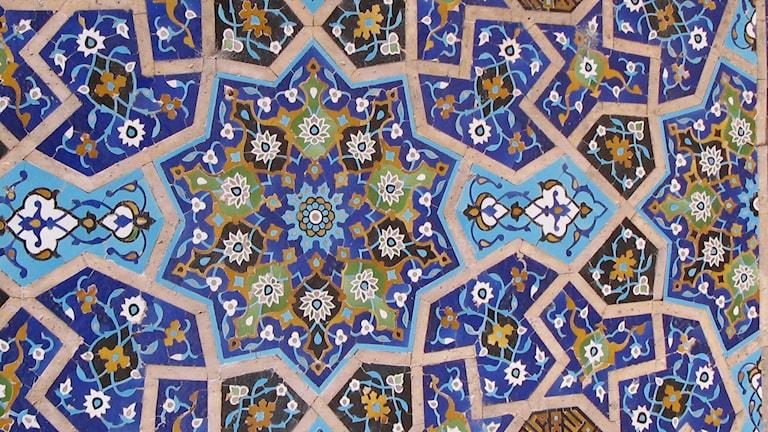 Kakelplattor med snirkligt persiskt mönster.