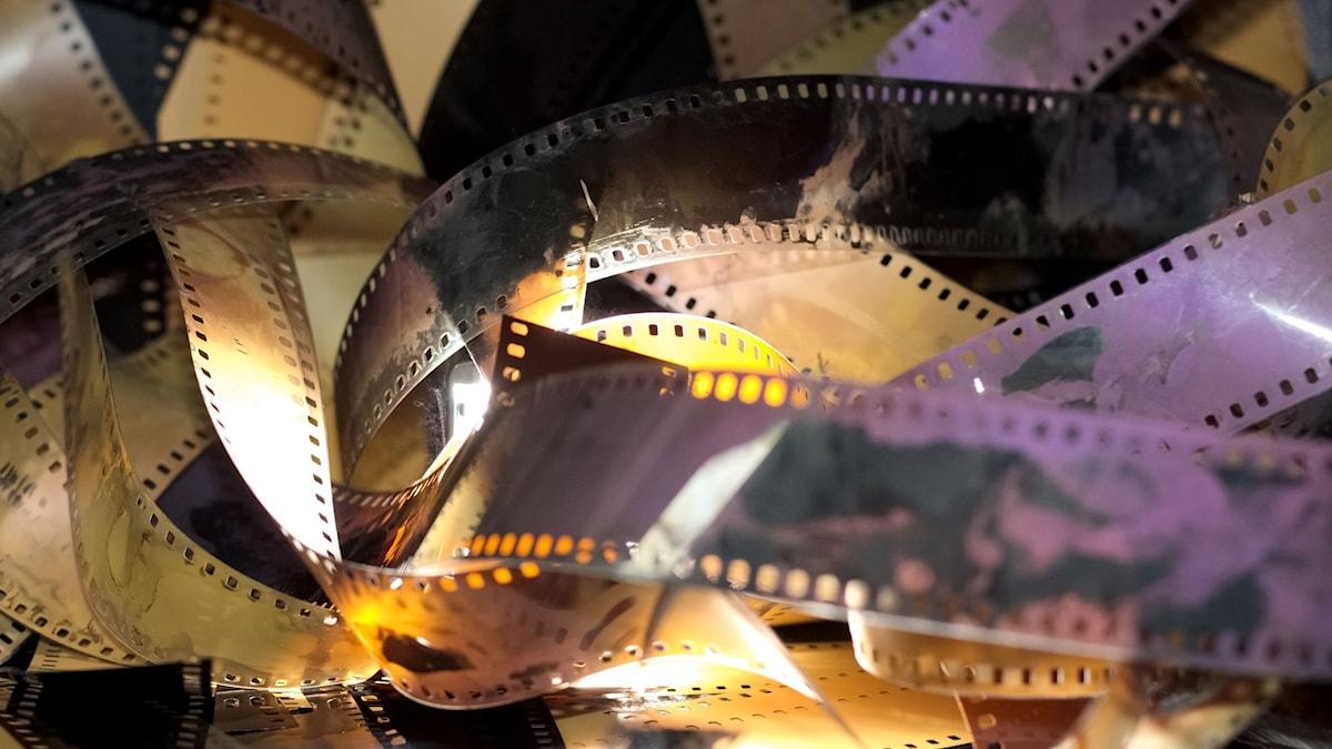 Filmremsor ligger huller om buller.