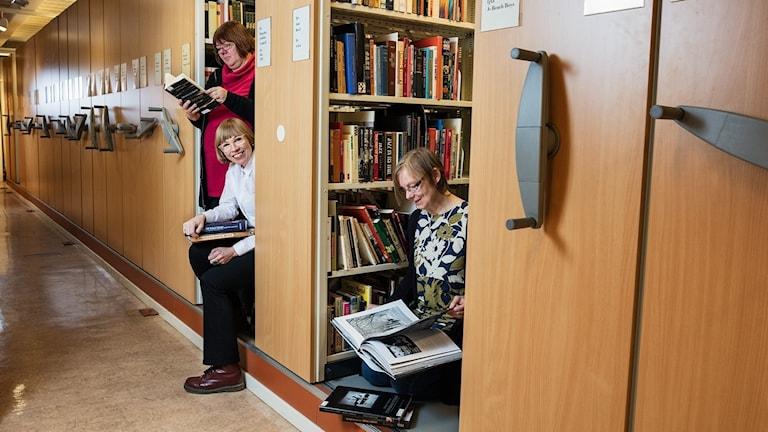 Musikbibliotekarierna Evabritt Selén, Lisa Österlund och Margareta Odenman letar fakta i arkivet.