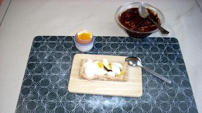 Frukost bestående av äggmacka och fil.