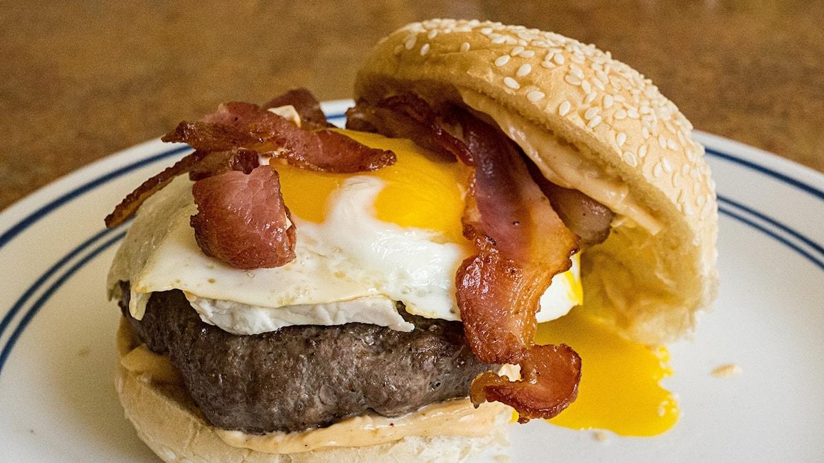 Frukosthamburgare med stekt ägg och bacon.