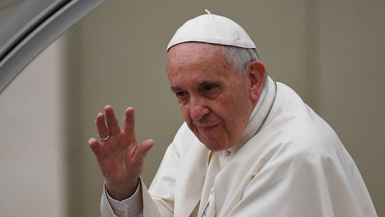 Påven Franciskus vinkar.