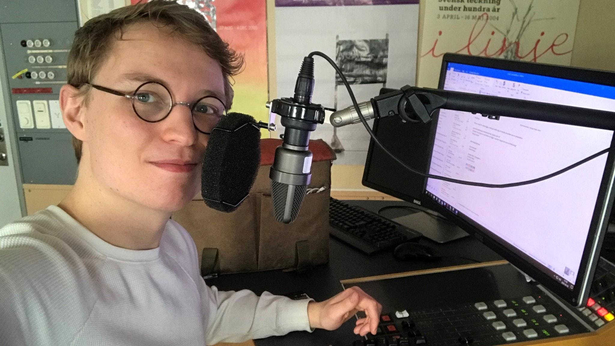 Jack Lantz är ny redaktionsmedlem i Klassisk morgon från och med mars 2020. Han sitter i en studio vid en dator och tar en selfie.
