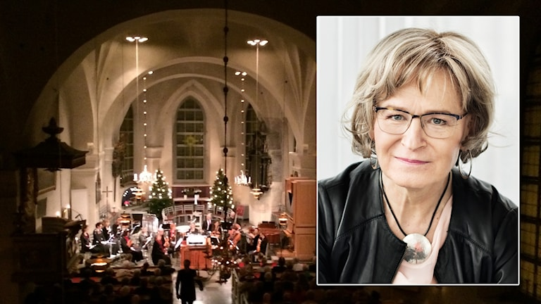 Ann-Christine Ruuth framför en bild på en julkonsert i en kyrka.