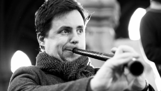 Gawain Glenton spelar träblåsinstrumentet Sinka.
