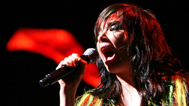 Isländska sångerskan Björk sjunger i en mikrofon.