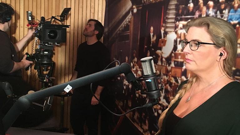 Pernilla Eskilsdotter med personalen som sköter tv-kameran i bakgrunden.