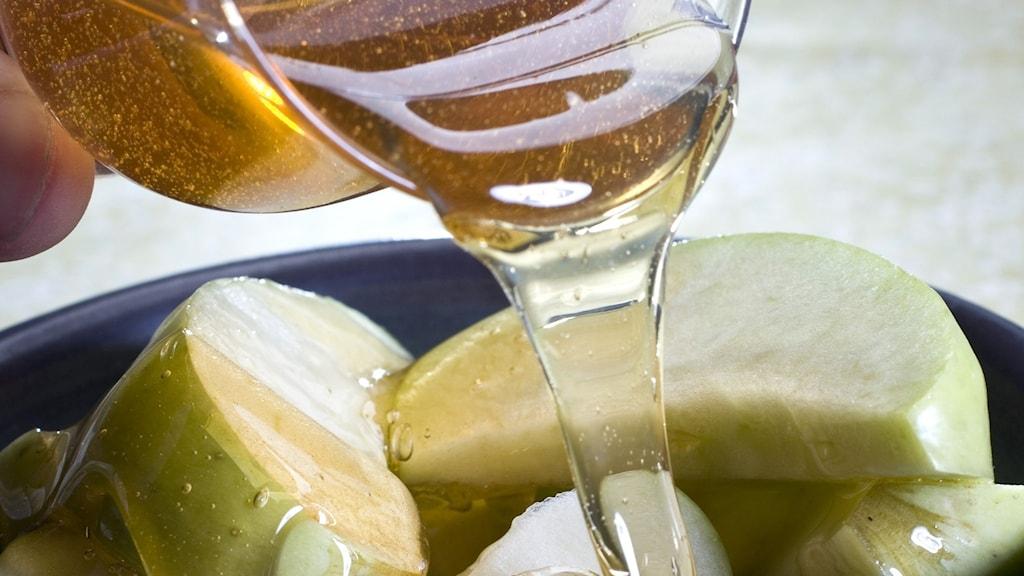 Honung som ringlas över äpple skuret i båtar.
