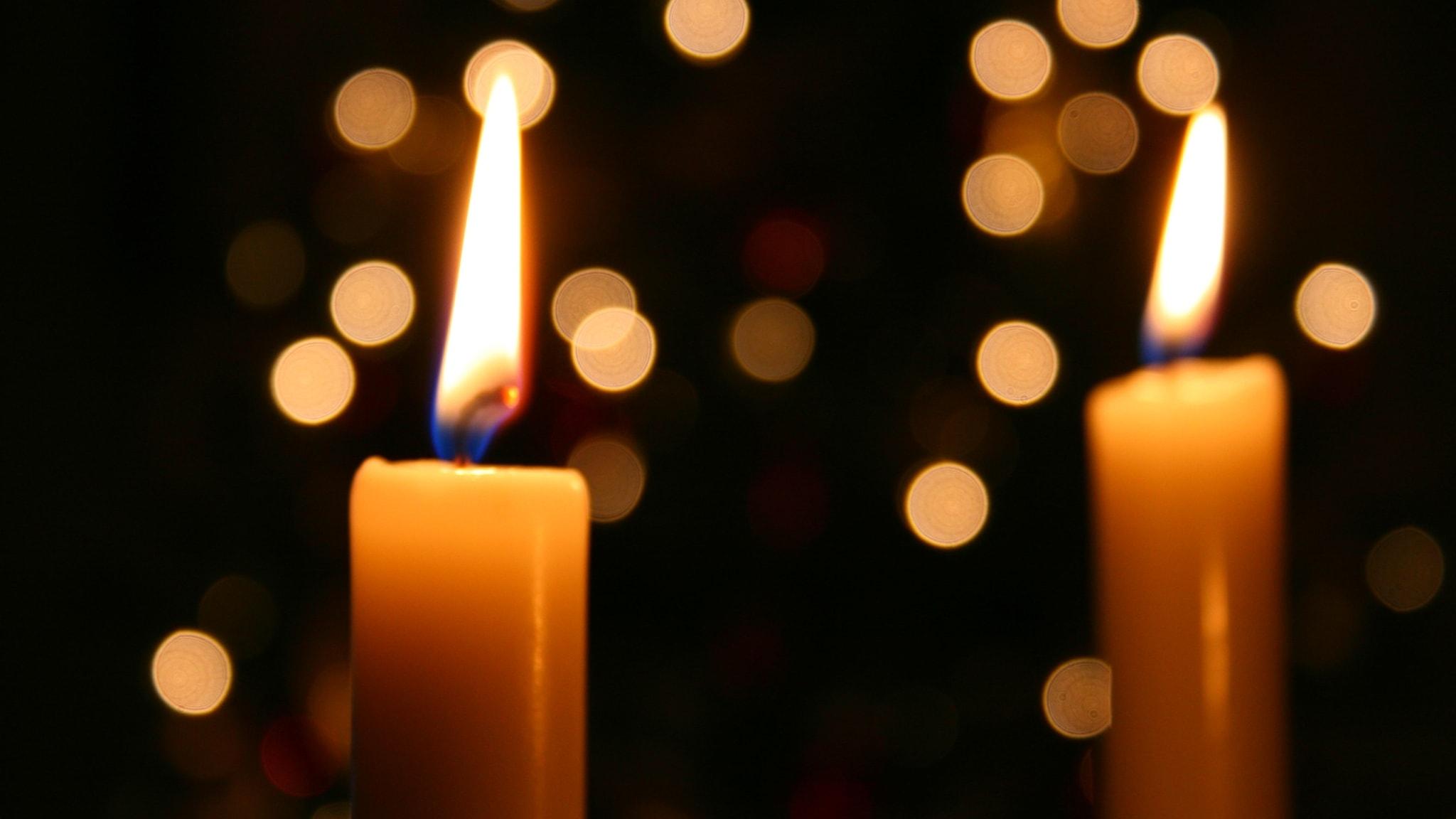 Två tända ljus i fönstret och Sibeliusmusik på Finlands dag och 2Cellos spelar Coldplay
