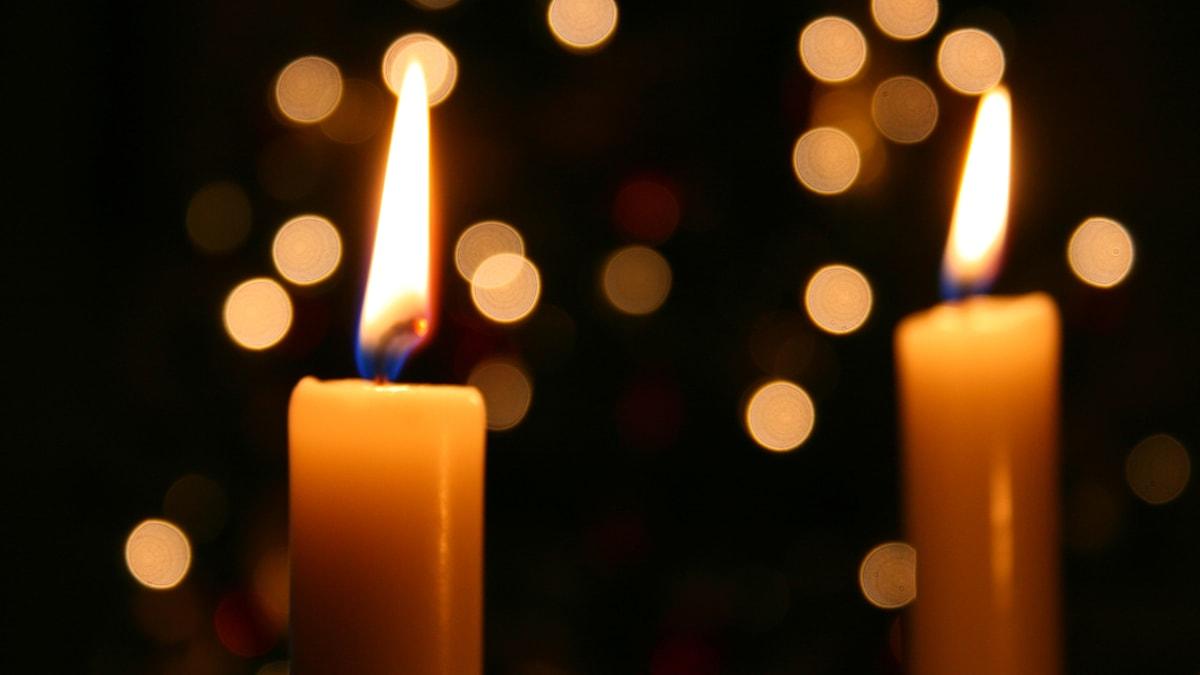 Två stearinljus som brinner.