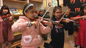 El Sistema-elever på Kvarnbackaskolan i Kista spelar fiol.