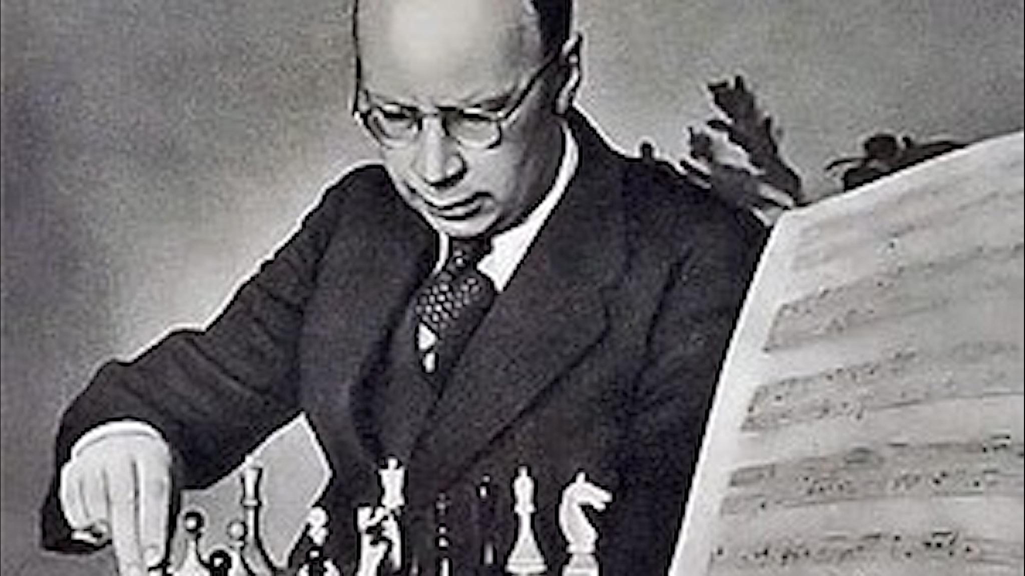 Äldre man i glasögon flyttar just en pjäs på ett schackbräde