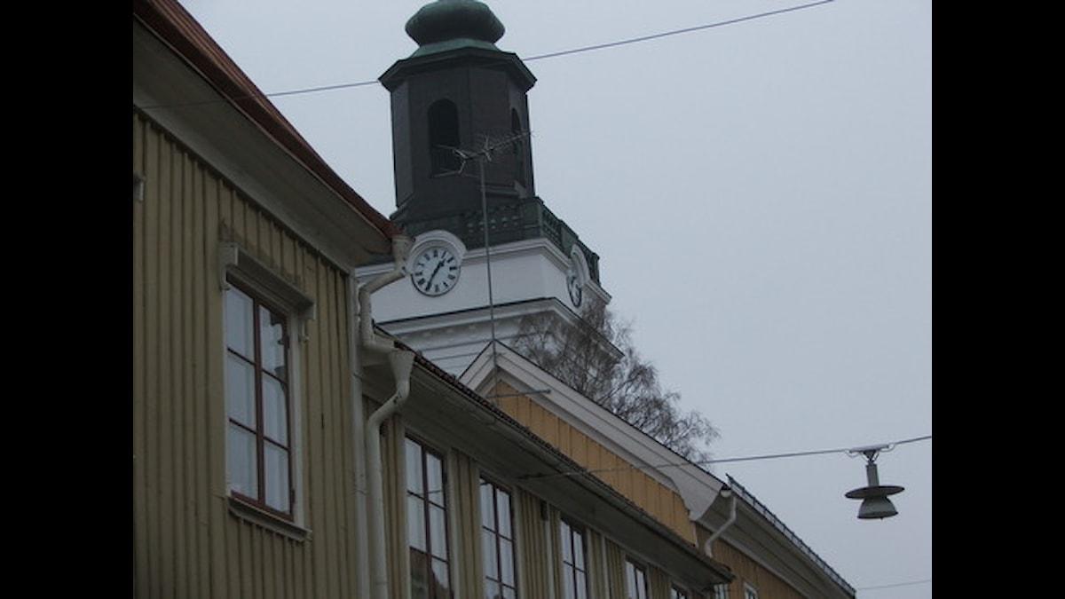 En vacker trästad med kyrkan i mitten