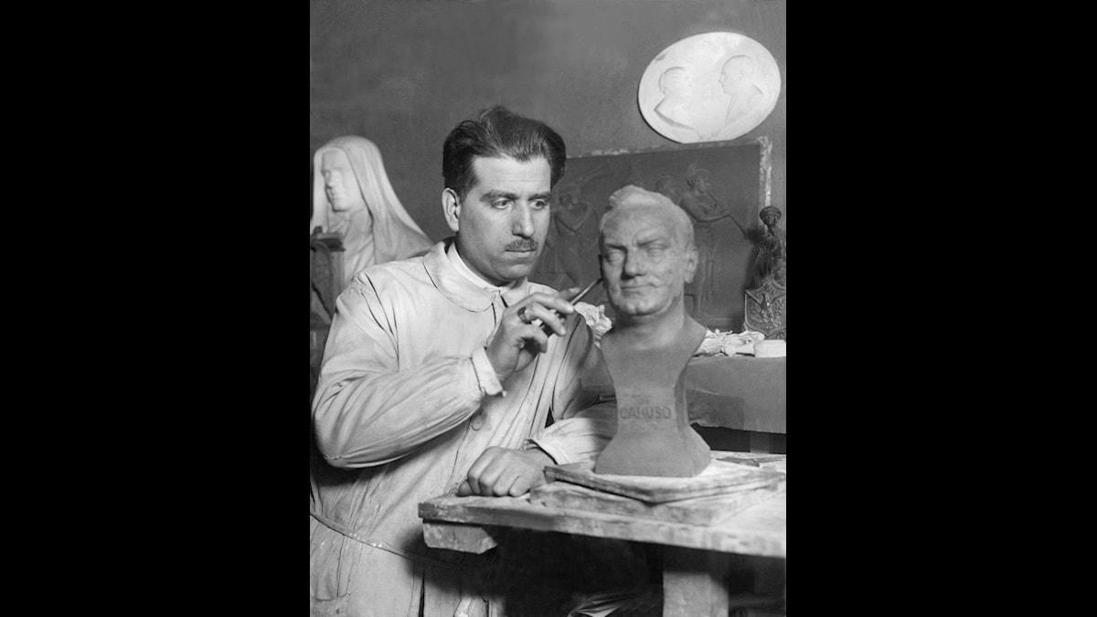 Michael Ninerva gör klart en byst av Caruso, 1925, några år efter sångarens död 1921
