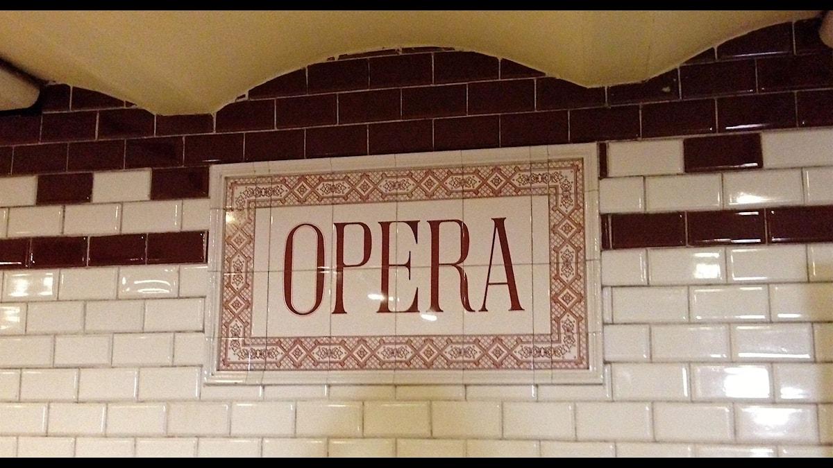 Normalt är det ju opera för Renée Fleming, men nu också andra sånger. Här operastationen i tunnelbanan i Budapest.