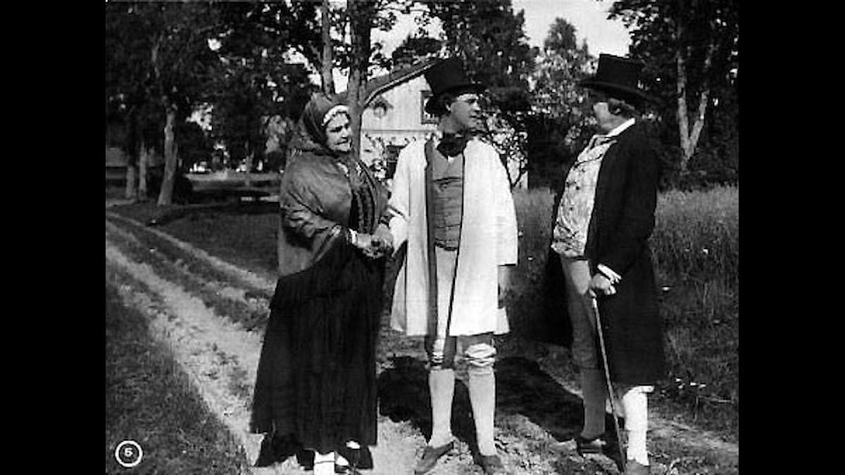 Värmlänningarna i en filmad version 1921, då utan ljud. Men man kunde ju spela Södermans musik till, på piano, kanske?