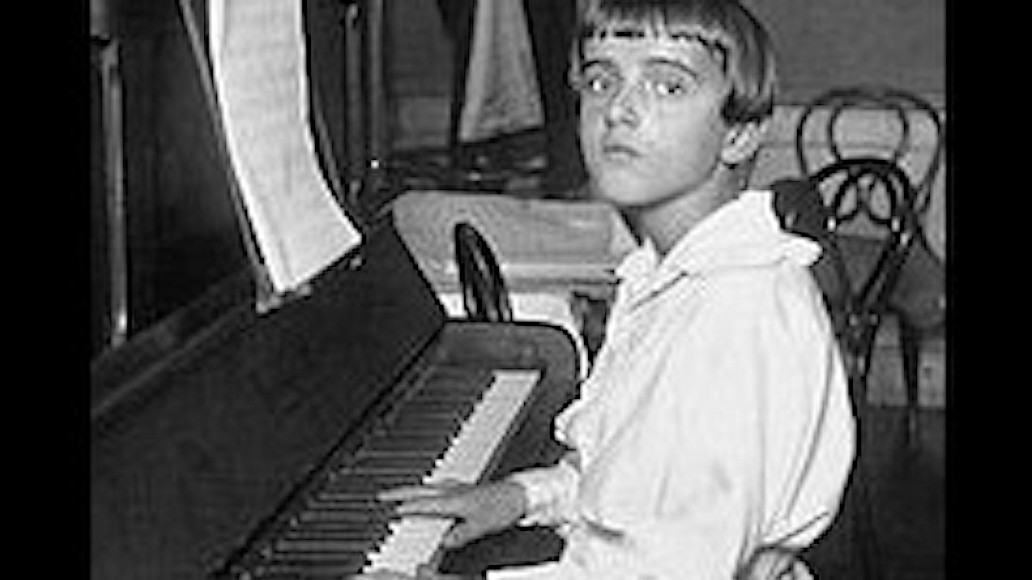 En 12 årig pojke vid pianot