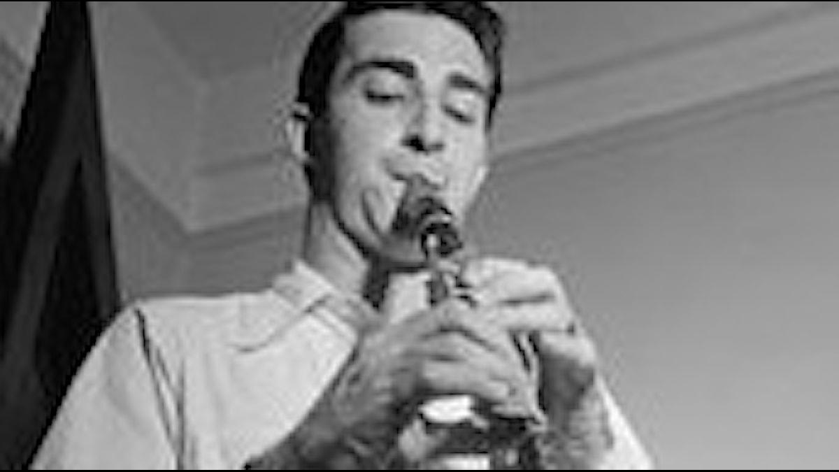 Buddy DeFranco 1947, en man som blåser i en klarinett, han ses lite underifrån