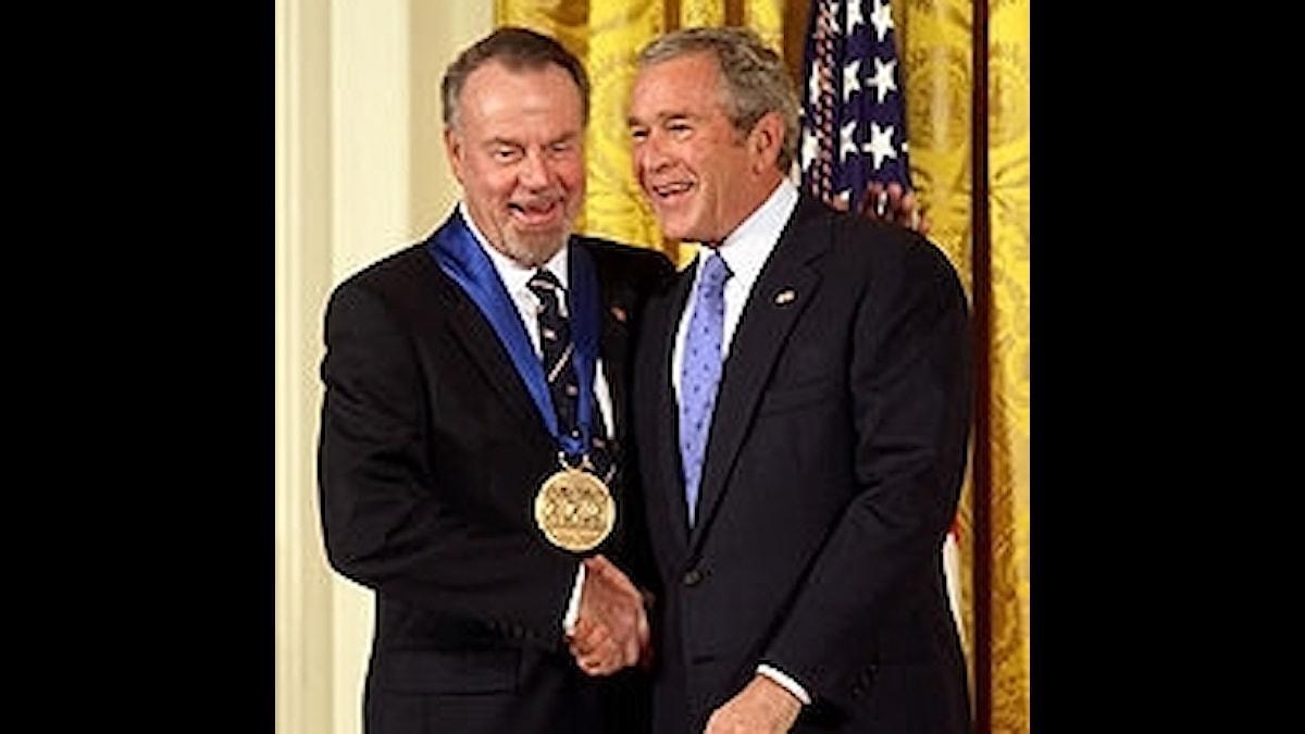 Erich Kunzel får en kulturmedalj 2006 av president Bush
