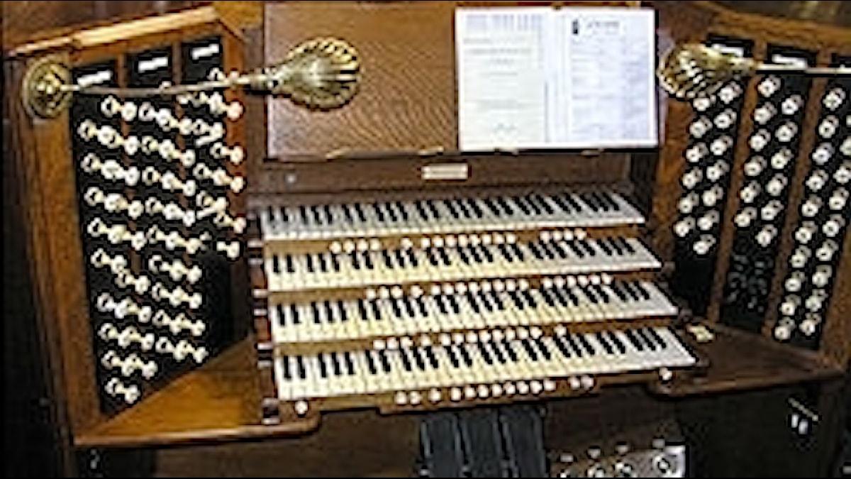 Spelbord för en större orgel. Mycket att göra!