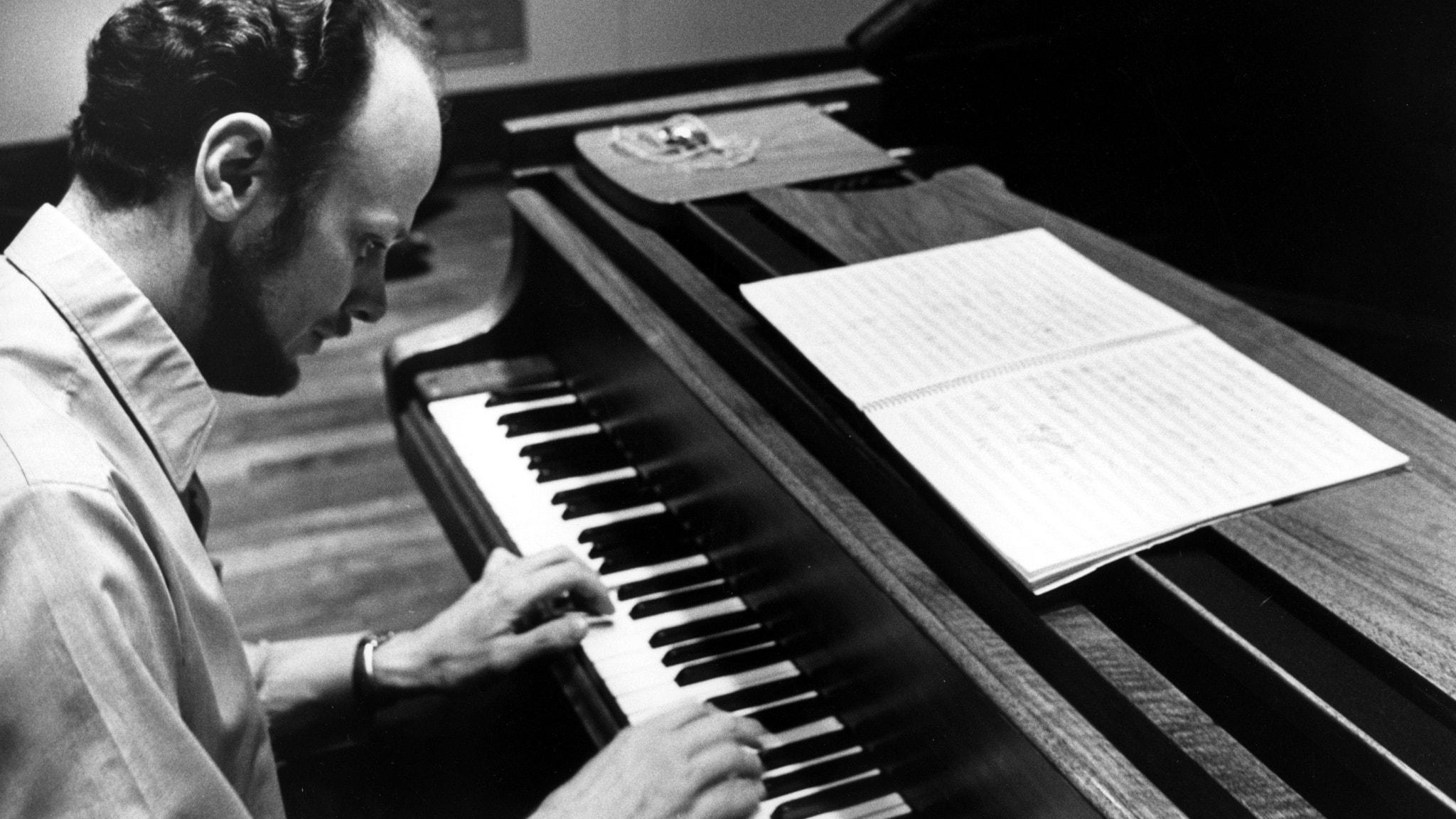 Pianisten Jan Johanson sitter vid ett piano.
