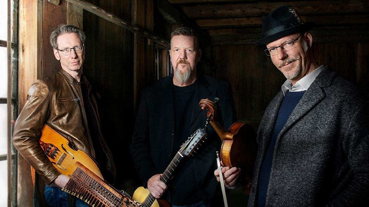 Väsen är Olov Johansson, nyckelharpa, Roger Tallroth, gitarr och Mikael Marin, alfiol.