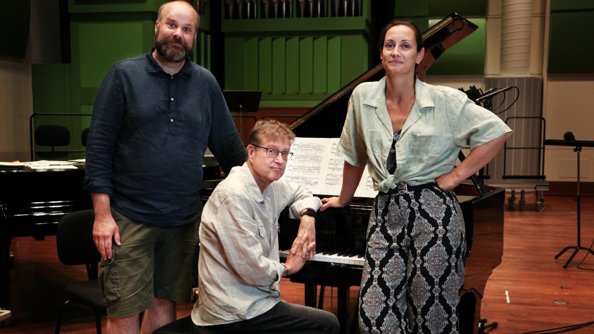Bild: Sångarna Agneta Eichenholz och Jakob Högström med Matti Hirvonen på piano