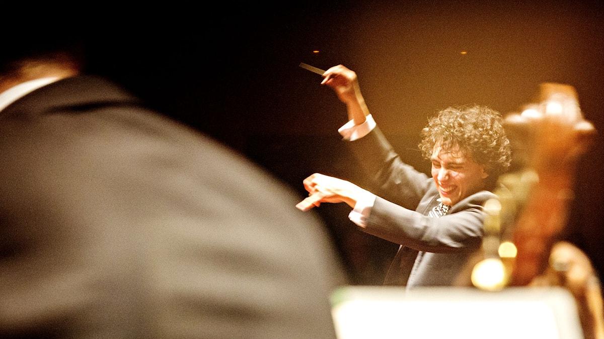 Bild på dirigent Ilyich Rivas.