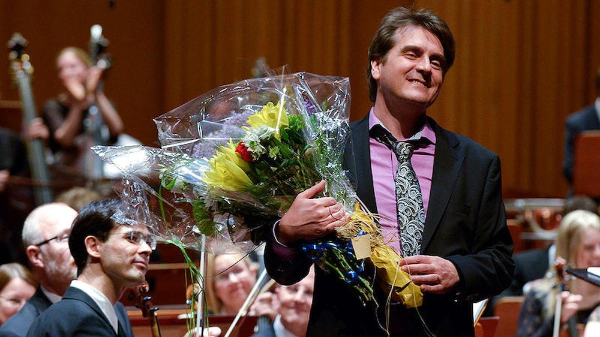 Jörgen Dafgård får blommor efter konserten. Foto: Arne Hyckenberg/Sveriges Radio