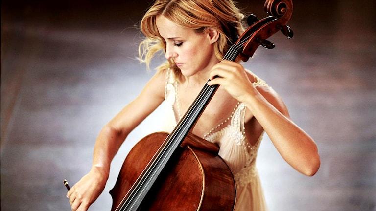 Den argentinska cellisten Sol Gabetta spelar Peteris Vasks Cellokonsert. Pressbild/solgabetta.com