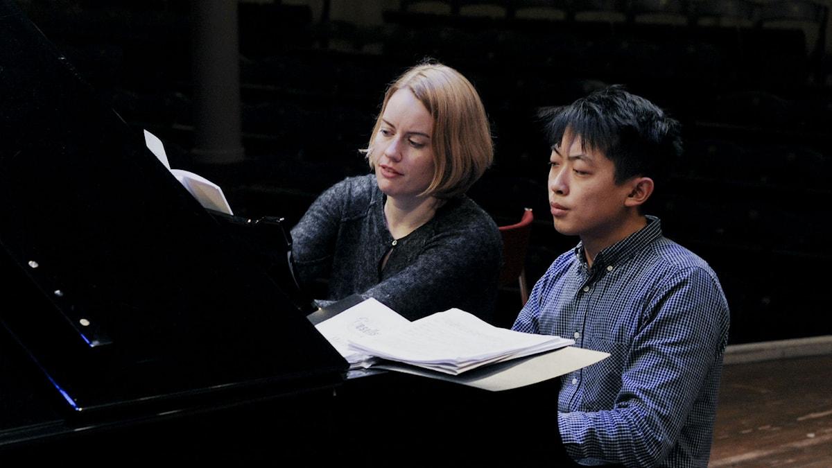 Anna Christensson och David Huang övar fyrhändigt! Foto: Sara Norling/Sveriges Radio