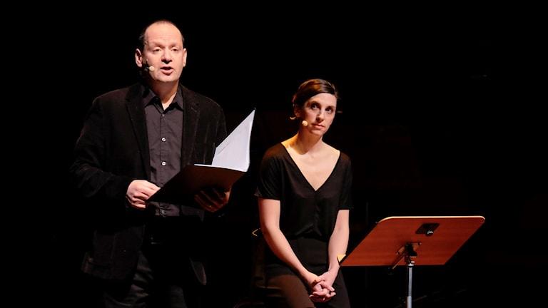 Philippe Sands och skådespelaren Emma Pallat. Foto: Arne Hyckenberg/Sveriges Radio