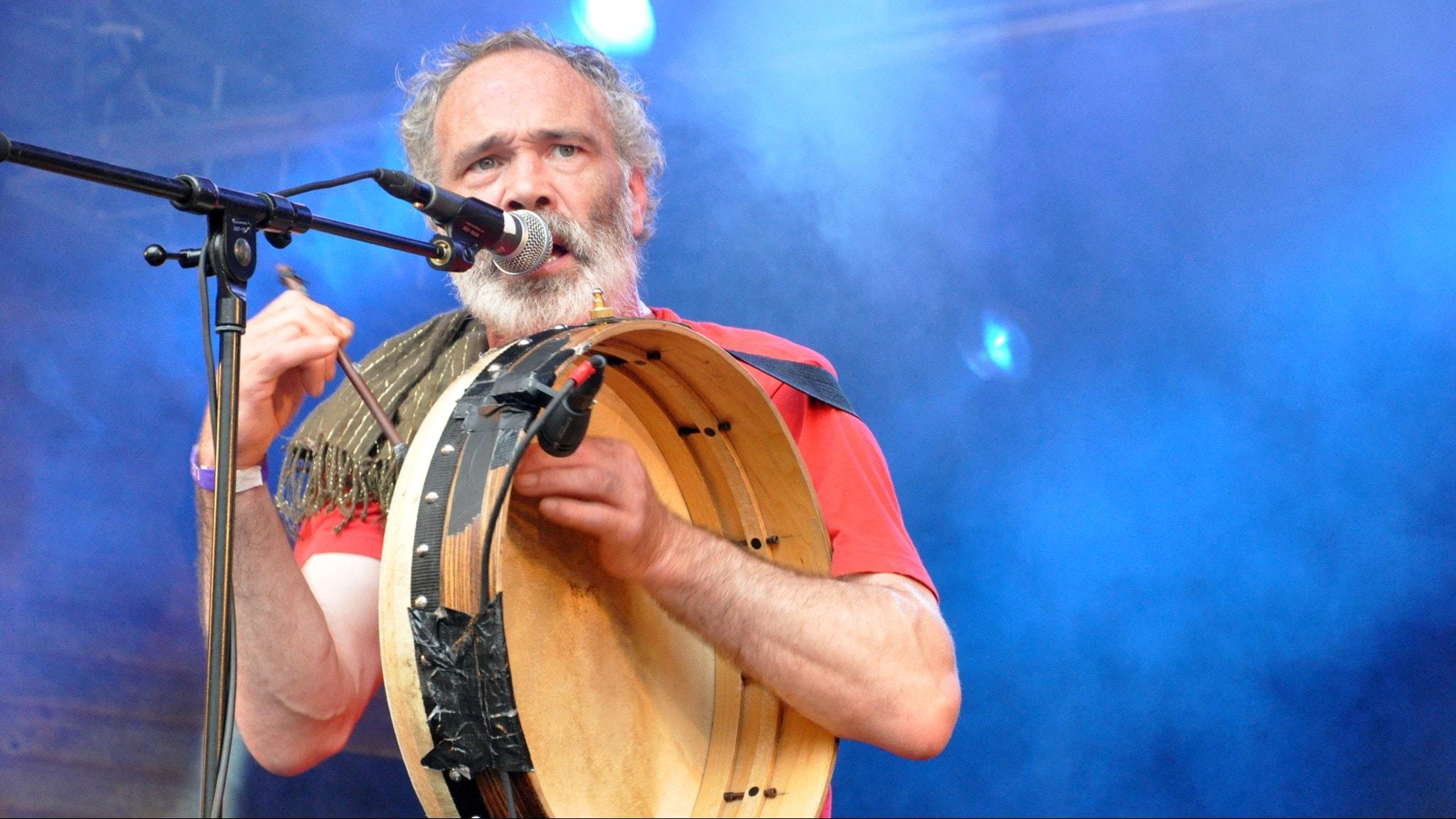 Rónán Ó Snodaigh spelar på en bodhrán