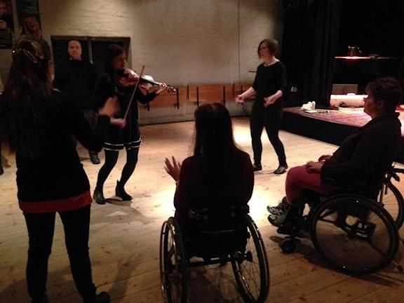 Kursen i rullstolspolska har börjat. Foto: Berit Nygren/SR
