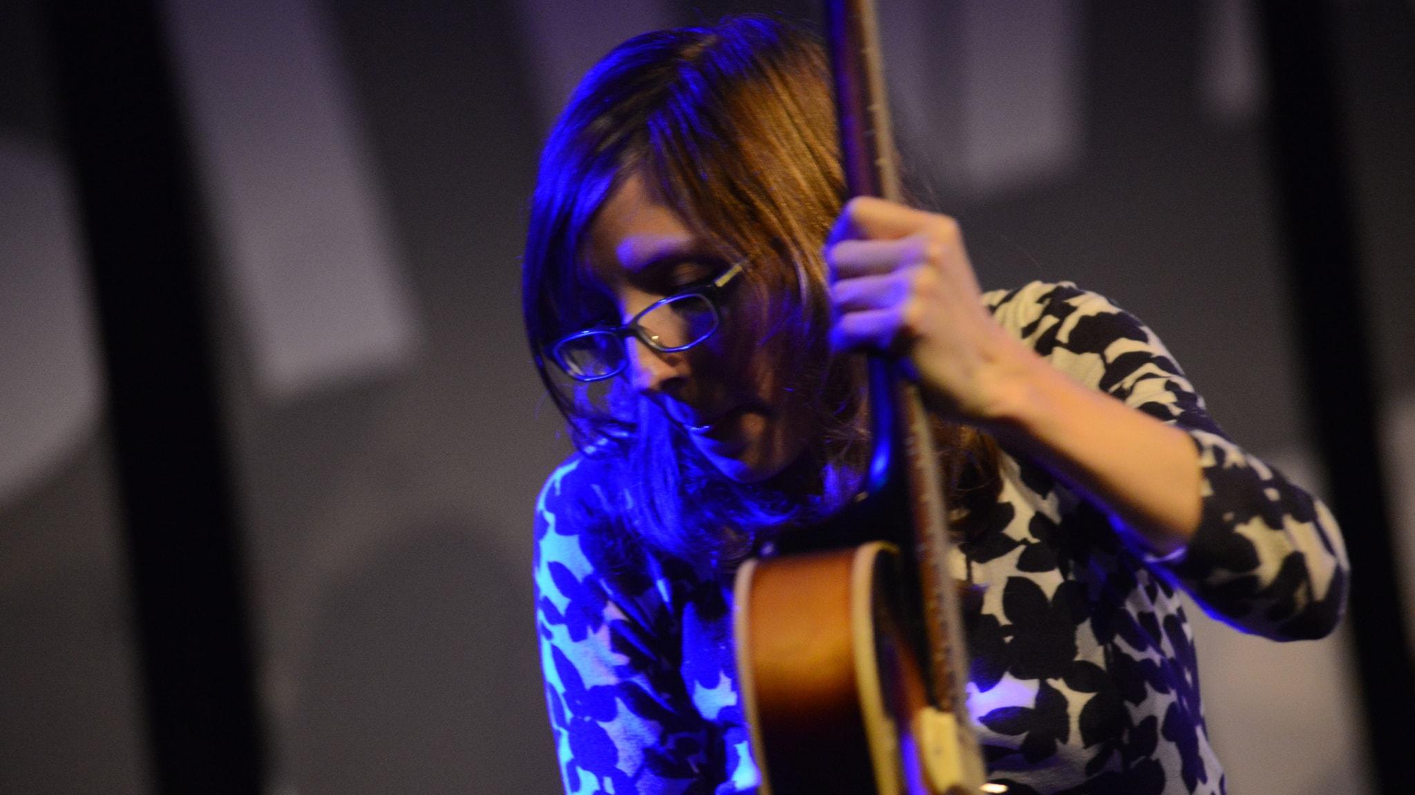 Den amerikanska gitarristen Mary Halvorson besökte Umeå Jazzfestival med sin kvintett. Foto: Mikael Lindberg/Sveriges Radio