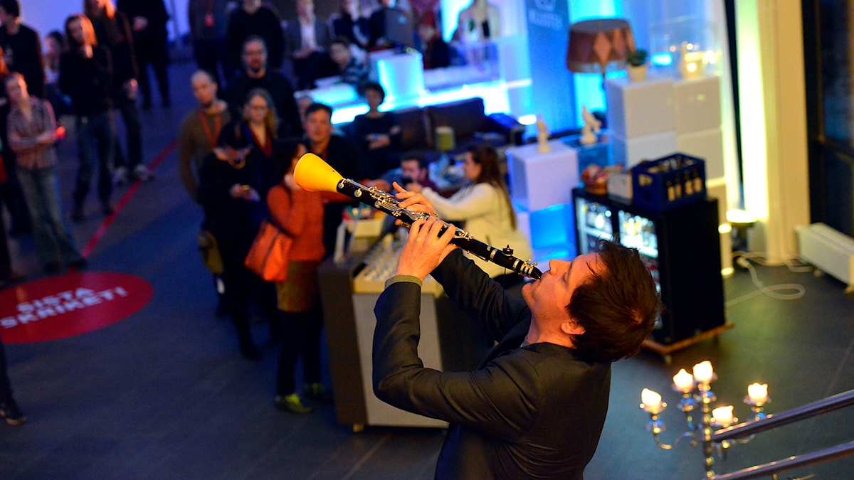 Robert Ek demonstrerar en prototyp av Sensor Augmented Clarinet. Foto: Kjell Oscarsson/Sveriges Radio