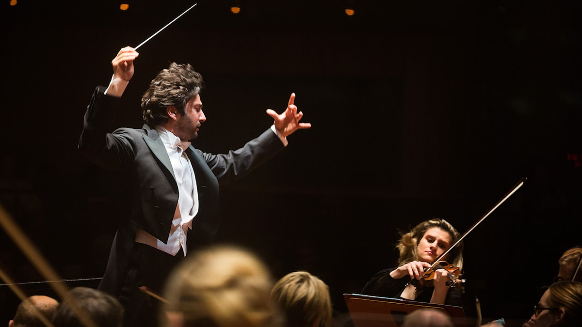 David Afkham dirigerar Sveriges Radios Symfoniorkester. Foto: Mattias Ahlm/Sveriges Radio