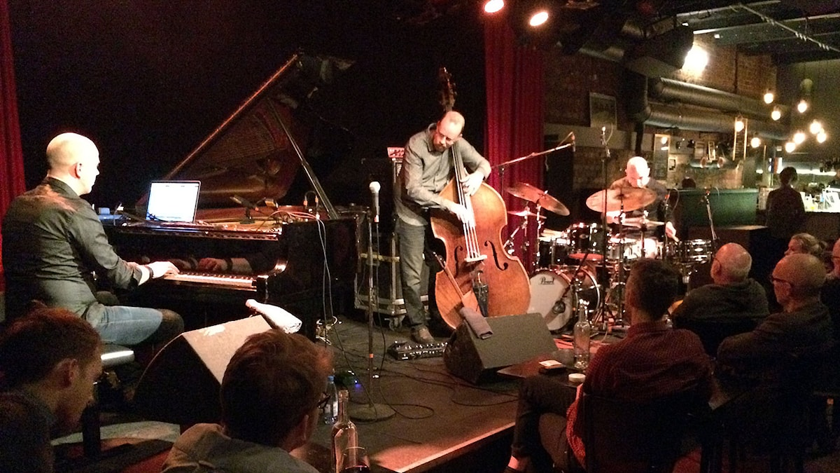 Jacob Karlzon Trio är Jacob Karlzon, piano, Hans Andersson, bas och Robert Ikiz, trummor. Foto: Janne Lindvall/Sveriges Radio