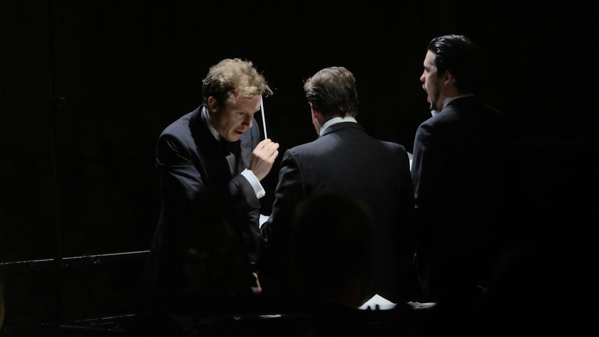 Dirigenten Daniel Harding, tenoren Andrew Staples och barytonen Andrè Schuen mitt i Brittens War Requiem. Foto: Arne Hyckenberg