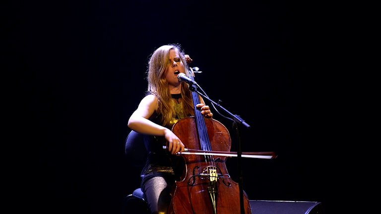 Cellisten och singer-songwritern Linnea Olsson gav en avskalad konsert. Foto: Kjell Oscarsson/Sveriges Radio