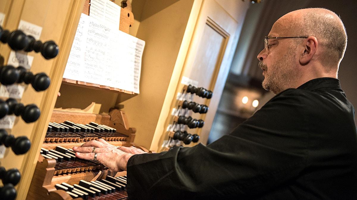 Hans-Ola Ericsson spelar på orgeln i Tyska kyrkan i Stockholm. Foto: Sarah Tehranian/SEMF