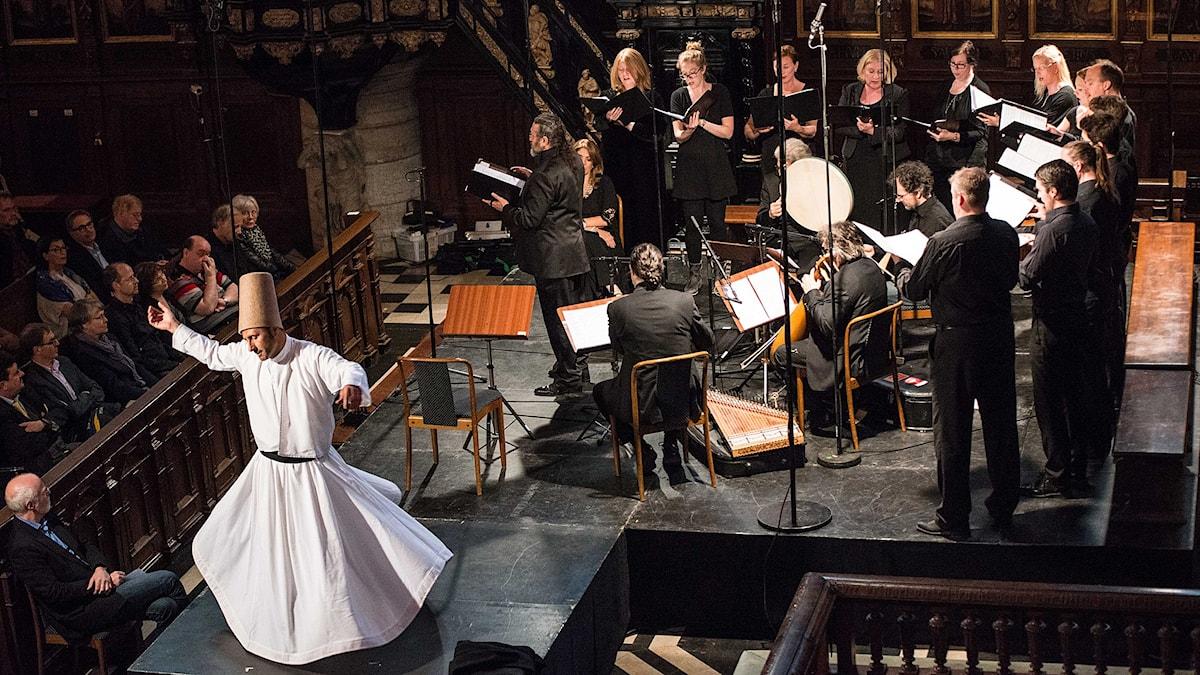 Tyskbaserade ensemblen Sarband möter svenska vokalensemblen AVE. Dessutom en dansande dervisch i Tyska kyrkan! Foto: Sara Tehranian/SEMF
