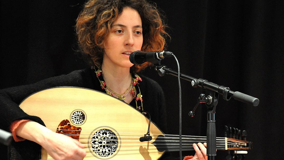 Victoría Taskou, sångerska och oudspelare i Neda. Foto: Mats Einarsson/Sveriges Radio