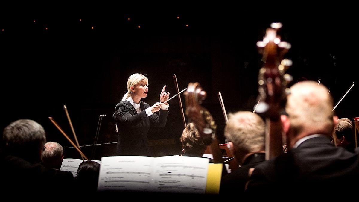 Anu Tali dirigerar Nordic Symphony Orchestra.