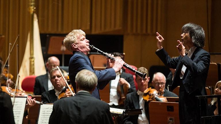 Martin Fröst spelar klarinett under ledning av Kent Nagano. Foto: Mattias Ahlm/Sveriges Radio