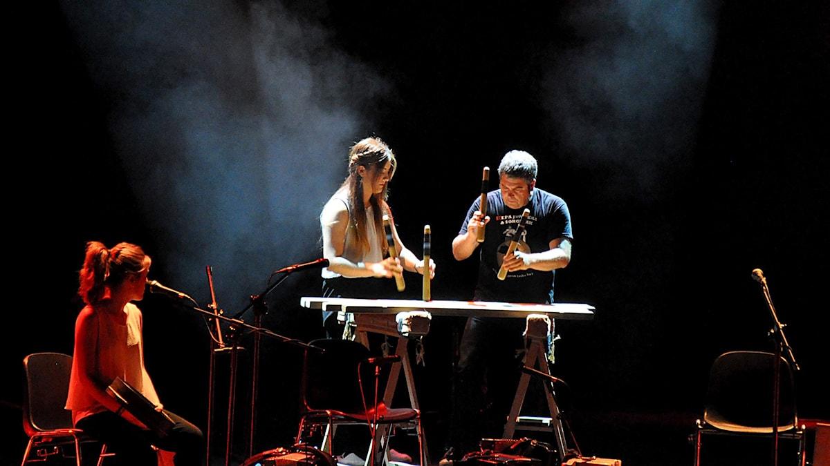 Keba Junkera spelar på det baskiska slaginstrumentet txalaparta. Foto: Mats Einarsson/Sveriges Radio