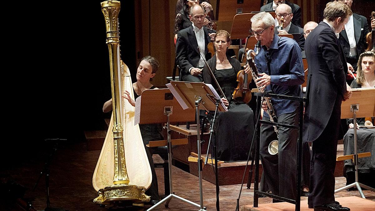 """Lisa Viguier Vallgårda spelar harpa under uruppförandet av Staffan Björklunds """"Moonscapes"""". Foto: Stina Gullander/Sveriges Radio"""