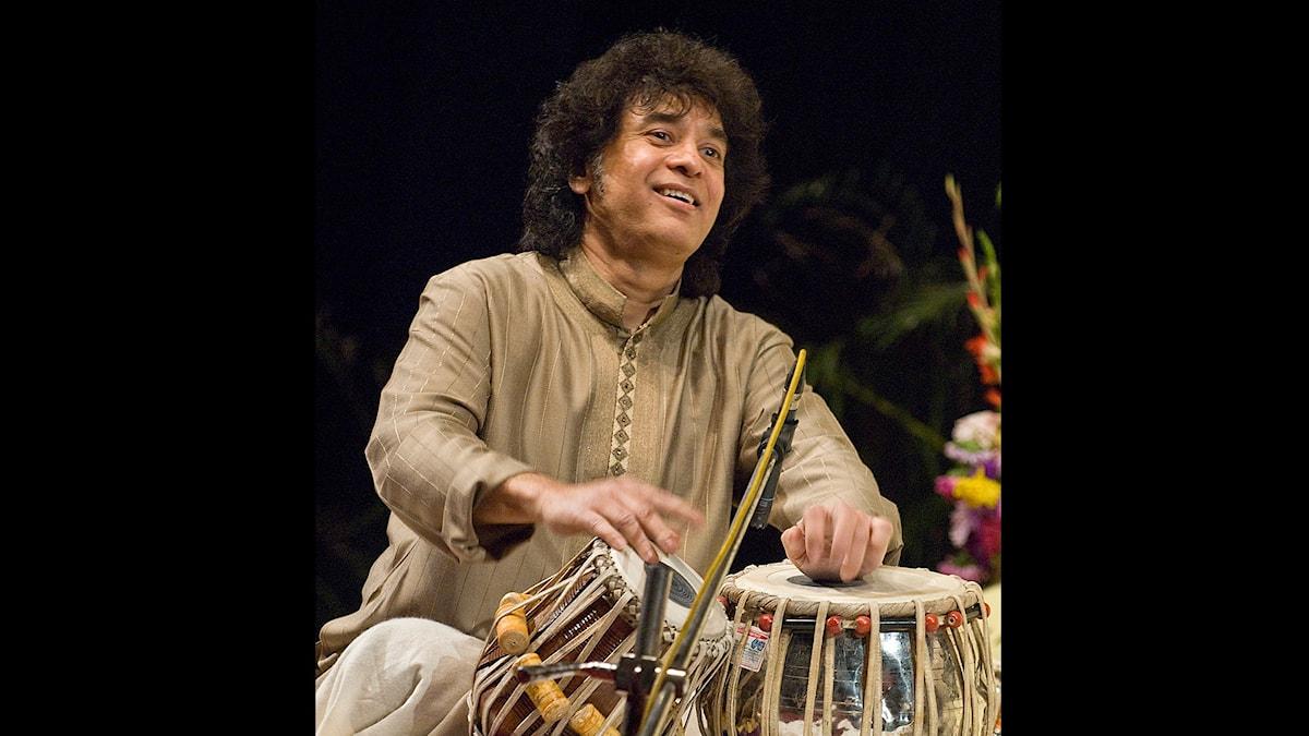 Den indiske tablatisten Zakir Hussain. Pressbild