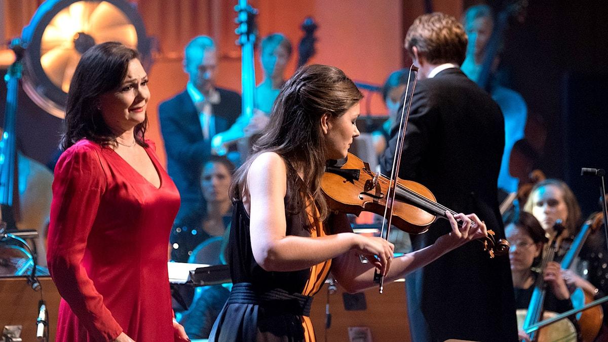 """Anna Larsson och Janine Jansen under stödkonserten """"Playing for life"""" i Berwaldhallen. Foto: Arne Hyckenberg/Sveriges Radio"""