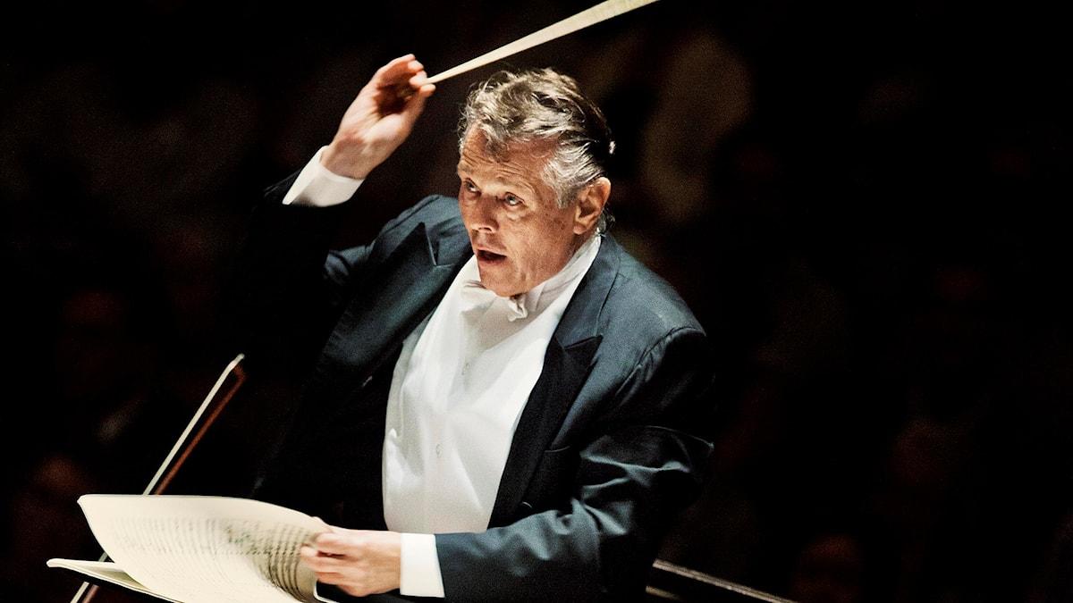 Mariss Jansons dirigera dirigerar Bayerska radions symfoniorkester.